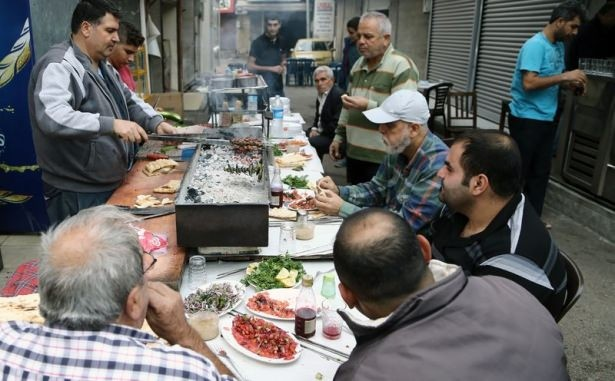 Ciğer kebabı için İstanbul'dan geldi  Gün ağarmadan ciğer kebabı yemek için İstanbul'dan Adana'ya gelen Seyfettin Asal ise Adanalıların her gün sabah 04.00 civarında kalkıp Kazancılar Çarşısı'na geldiğini, kendisinin de bu zevki tattığını belirtti.