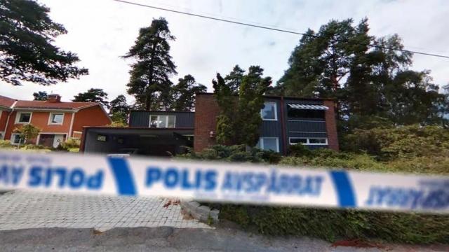 Başkent Stockholm'ün Sollentuna belediyesinin Attunda semtinde annesini öldüren zanlıya Bölge Mahkemesi ömür boyu hapis cezası verdiğini duyurdu.  Attunda bölge mahkemesi yaptığı basın açıklamasında, 31 yaşındaki bir adamın annesini öldürmekten ömür boyu hapis cezasına çarptırıldığını yazdı.  Kadın mayıs ortasında villasında öldürüldü. Öldürüldüğü sırada birkaç komşu alarm polise ihbarda bulundu, ancak polis ve kurtarma hizmetleri olay yerine ulaştığında talihsiz kadın ölmüştü.  Failin müebbet hapis veya sabit süreli hapis cezasına çarptırılması gerekip gerekmediğine ilişkin değerlendirmesinde mahkeme, kadının öldürmesinde şiddetli acıya yol açıldığı ve acımasız bir şiddet olduğunu dikkate alındığı belirtilerek, zanlıya ömür boyu hapis cezası verildiğini belirtti.