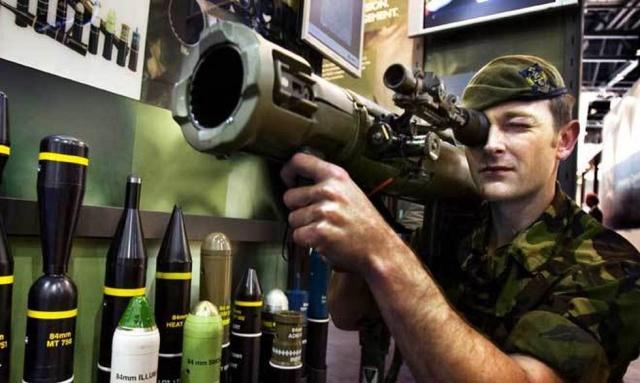 İsveç Silahlı kuvvetlerin internet sayfasında yer alan ve askerler tarafından kullanıldığı belirtilen silahların listesi oldukça etkileyici.  Silahların, Silahlı Kuvvetlerin operasyonlarında merkezi bir rolü olduğu açıklanarak bilgisi verilen silahların etkinliği oldukça yüksek. Doğru amaç için doğru silah, görevlerimizi çözme şansımızı arttırır deniliyor.  Silahlı Kuvvetler misyonu, silahlarımızın kalitesine yüksek talepler getiriyor. Silahlar hem Arvidsjaur'da hem de Afganistan'da tüm iklimlerde kusursuz çalışmalıdır denilerek, bunun askeri personel için önemli olduğunun altı çiziliyor.  Silahlı Kuvvetlerin karşılaştığı çeşitli görevler, cephaneliğimizin farklı durumlar için silahlarla geniş bir alana sahip olmasını gerektiriyor. Birimlerimiz, 50 kilometre mesafedeki Archer topçu silahından, evde savunma askerlerimizin sahip olduğu Otomatik Karabina 4 B gibi ateşli silahlara kadar her şeye sahiptir bilgisi de yer alıyor.  Bütün ayrıntılarıyla bilinmese de, İsveç'in savunma sanayisi ve silah üretimlerinde ülke nüfusuna göre Dünyanın en çok silah satan ülkesidir.  İşte İsveç Silahlı Kuvvetlerinde bulunan silahlar.