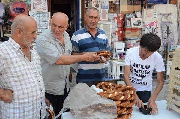 Kocaelili simitçi, 1 günlük hasılatını 'Demokrasi Şehitleri'ne bağışladı.