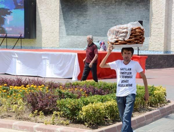 Bir günlük kazancının tamamını 15 Temmuz darbe girişiminde şehit olan vatandaşların ailelerine bağışlayan Erkan Ayhan, satış yaparken de üzerine giydiği tişört ile kampanyasını duyurdu.