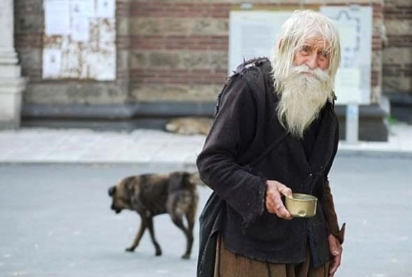 Her gün, yaşadığı 10 km. mesafe uzaklıktaki köyünden kendi diktiği elbiselerle bütün gününü dilenmekle geçiriyor.