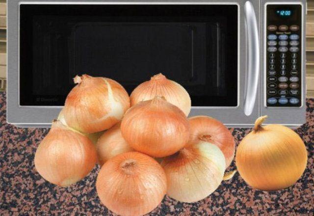 1. Soğanın sadece baş ve uç kısmını temizledikten sonra 30 sn mikrodalgaya atarsanız gözleriniz yaşarmadan doğrayabilirsiniz.