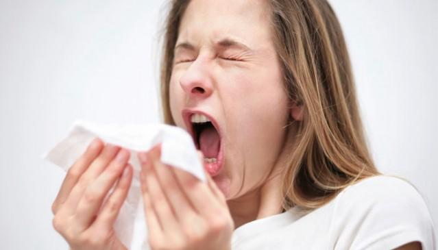 SOĞUK ALGINLIĞI  Soğuk algınlığıyla grip halk arasında çoğu kez karıştırılır. Soğuk algınlığı çeşitli virüsler tarafından oluşturulan hafif seyirli, üst solunum yolları bulgu ve belirtileriyle seyreden ve dünyada en fazla görülen hastalık tablosudur.