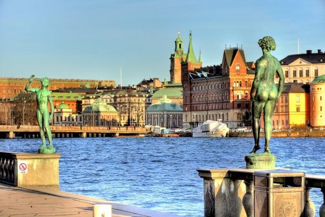 STOCKHOLM BELEDİYE BİNASI   Stokholm Belediye Binası, altın Üç Kron'a sahip olan sivri kemeri ile Stockholm'ün en ünlü silüetlerinden biridir. Mimaride ülkenin önde gelen ulusal romantizm örneklerinden biridir. Belediye Binası, mimar Ragnar Östberg tarafından tasarlandı ve sekiz milyon adet tuğladan inşa edildi. 106 metre uzunluğundaki kulenin tepesinde, İsveç ulusal arması olan üç kron bulunuyor. Muhteşem cephelerin ardında politikacılar ve yetkililer için ofisler ve toplantı salonları, muhteşem montaj odaları ve eşsiz sanat eserleri bulunmaktadır. Belediye Binasını sadece rehberli turlar ile gezebilirsiniz. Rehberli turlar, belirli saatlerde her gün İsveççe ve İngilizce olarak düzenlenmektedir.