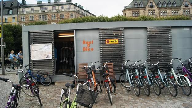 Aktiviteler  Bir bisiklet kiralama dükkanı Stockholm'de yapılabilecek çok sayıda aktivite bulunuyor. Bunlar arasında genç yaşlı herkesin yapabileceği en güzel aktivite şehri başta sona bisiklet ile dolaşmak olacaktır. Birbiriyle bağlantılı bisiklet yolları aracılığıyla çok sayıda bisiklet sürücüsünün olduğu şehirde günlük bisiklet kiraları ortalama 250 SEK