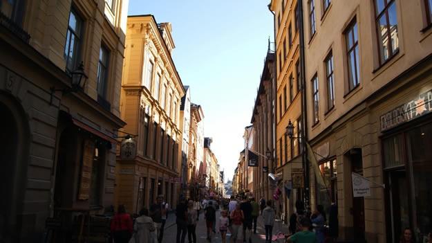 Stockholm Hakkında Stockholm, 2 milyona yakın nüfusu ile İsveç nüfusunun %20'sini oluşturmakta, aynı zamanda tüm İskandinav şehirleri arasında en fazla nüfus yoğunluğuna sahip şehirdir. Merkezinde bulunan 14 adayı 50 köprü birbirine bağladığı için Kuzeyin Venedik'i olarak adlandırılır.