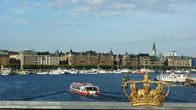 """İnternette liste gezmeyi seven biriyseniz daha önce mutlaka """"dünyanın en yaşanılası şehirleri"""" listesine denk gelmişsinizdir. İsveç'in başkenti Stockholm, yeşil alanları, havası, suyu, temizliği ve güvenliğiyle dünyanın en iyi şehirleri arasında her zaman ilk sıralarda yer almaktadır. İskandinav ülkeleri arasında en fazla nüfus yoğunluğuna sahip olan ve pahalılığıyla bilinen Stockholm'de gezilecek yerleri bulabilirsiniz."""