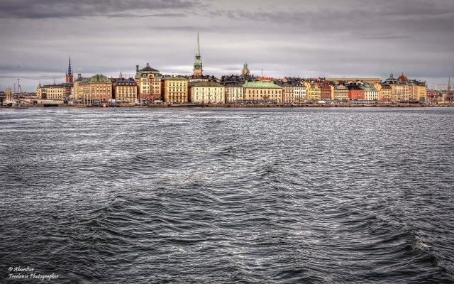 Stockholm yapılarının çoğu tarihidir. Tarihe düşkünlüğü ile tanınan şehirde otantik mimari şehir hayatında ön plana çıkmaktadır. Evleri genelde sıra sıra bir mantıkta inşaa edilen şehirde, binaların tarihi kadar, akustiği ve görselliğide mükemmeldir. Şehrin merkezi ve eski yerleşim yerlerinde modern mimarileri görmek pek mümkün değildir.