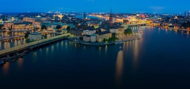 Adalar ve kanallara ayrılmış şehirde, yazları diğer kuzey ülkelerine oranla daha sıcak geçiyor. Günlerin uzadığı zamanlarda tadına doyum olmayan bir Stockholm'de Turistler tarafından en çok ziyaret edilen yerleri.  Tarihi merkezleri, yeşil alanlarının fazlalığı, renkli binaları ve gelişmiş toplumsal seviyesiyle Stockholm, gezilecek yerler listesi de oldukça kabarık bir şehir.