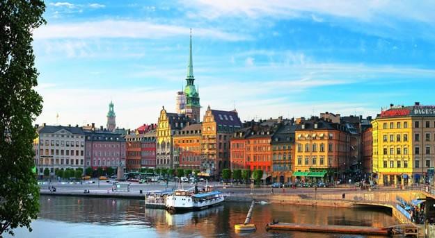 1. Stockholm  İsveç'in başkenti ve kuzeyin yıldızı Stockholm 2 milyon nüfuslu, refah seviyesi yüksek ve biraz pahalı bir kent. Kent merkezinde 50 köprüyle birbirine bağlanan 14 ada var. Baltık Denizi kıyısındaki Stockholm'ün çevresindeki 24.000 ada kenti adeta bir adalar şehri haline getiriyor. Kent alanının yüzde otuzu su kanallarından, diğer bir yüzde otuzu yeşil alandan oluşuyor. Hava kalitesi Berlin ve Kopenhag'ın ardından Avrupa'da üçüncü sırada. Hava kalitesi, kanallar ve yeşil alan Stockholm şehrini gezi için çok uygun hale getiriyor. Stockholm tam bir müze şehri ve müzeleri seviyorsanız gezinizin büyük bir süresini müzelerde harcamanız olası. Vasa Museum, Swedish History Museum, Stockholm Kraliyet Sarayı, Nobel Museum gezip görebileceğiniz müzelerden bazıları. Stockholm'da bulunan takım adalar da mutlaka ziyaret etmeniz gereken yerlerden. Özellikle bot yapımı ve denizcilik konusuna ilginiz varsa The Stockholm Archipelago ( Takım adalar ) size unutulmaz bir deneyim yaşatacaktır. Stockholm aynı zamanda harika kahveler tadabileceğiniz bir şehir ve geziniz sırasında sık sık kahve molası vermenizi tavsiye ediyoruz. Konaklama konusunda çılgın tasarımlı oteller (Boeing 747 uçaktan dönüştürülmüş otel, eski hapishaneden dönüştürülmüş otel vb ) ve hostellerde kalmanız mümkün.