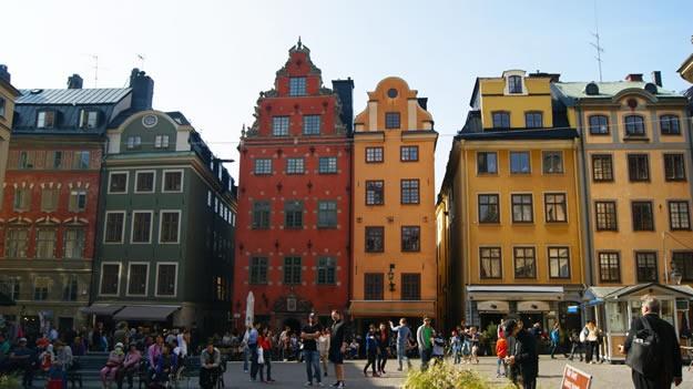 Meydanın ortasında yer alan çeşme ise 1778 yılında bugün Nobel Müzesi olarak kullanılan eski Borsa Binası ile aynı dönemde yapılmıştır. Çeşme Stockholm'ün merkezi olarak kabul edilmekte ve mesafeler burayı baz alarak ölçülmektedir.