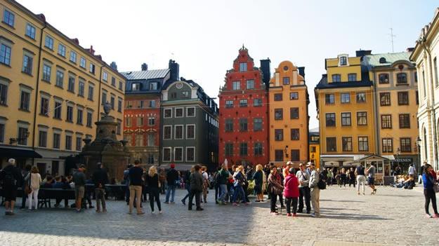 Meydanın etrafını 17 ve 18. yüzyıllardan kalma binalar çevrelemektedir. Bunlardan en ilgi çekici olanı İsveç Kralı Charles X Gustav'ın sekreteri Johan Eberhard Schantz'ın yaptırdığı sarı-kırmızı binadır.