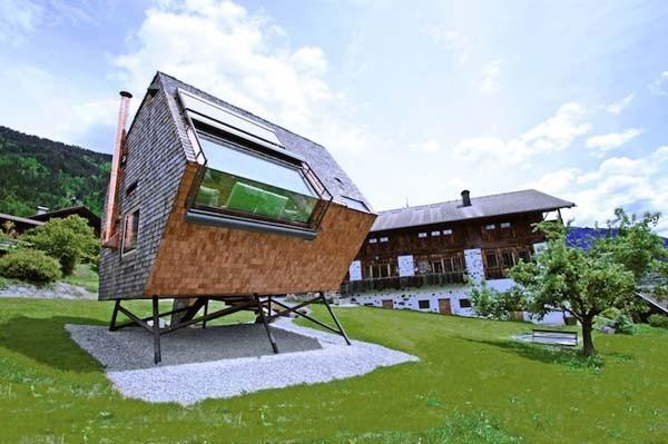 Bu gerçekten uzunca bir süredir gördüğüm havalı mini evlerin biridir.  Alplere kurulan ve özel tasarlanan bu evi gören herkes şaşkına dönüyor.