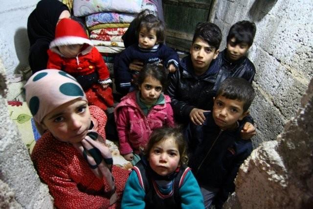Suriye'deki savaş nedeniyle vatanlarını terk etmek zorunda kalan Suriyelilerden biri de Haççuz ailesi oldu. İç savaşta hayatta kalabilmek için sürekli yer değiştiren aile, yaklaşık 3 ay önce açılan insani koridor sayesinde Halep'ten kaçarak Türkiye'ye sığındı. En büyüğü 11 yaşındaki 8 çocuklarıyla merkez Şahinbey ilçesi Tışlaki Mahallesi Nazar Sokak'ta bir odunluğa sığınan aile, ev sahibi ve komşularının yardımlarıyla hayata tutunmaya çalışıyor.