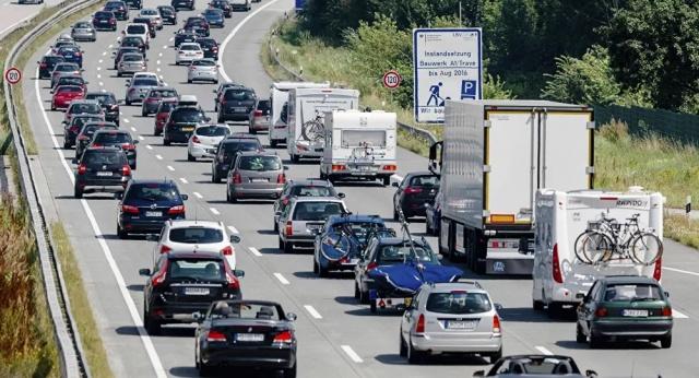 Avrupa çapında yapılan bir ankete göre, Yunan sürücülerin yüzde 47'si öndeki aracın tamponuna yapışmayı tercih ediyor, Fransız sürücülerin yüzde 70'i de küfür ediyor.  IPSOS, yol operatörü Vinci Autoroutes adlı şirket için Avrupa çapında 11 ülkede trafik alışkanlıklarının belirlendiği bir anket gerçekleştirdi. Ankete katılan Avrupalıların çoğu, direksiyon başına geçtiklerinde 'daha güvenli ve daha kibar' bir tutum benimsediğini söylerken, Fransız ve Yunan sürücüler hakaret ve kabalık konusunda diğerlerine dikkate değer bir 'fark attı'.  Buna göre diğer Avrupa ülkelerindeki pek çok katılımcı korna çalmak, sağdan sollamak, öndeki araca gerektiğinden fazla yaklaşmak ya da küfür etmek gibi trafikte kavga sebebi sayılabilecek yollara bir sene öncesine göre daha nadir başvurduğunu söyledi.
