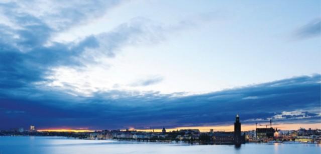 İsveç'te hükümet zengin olan 13 belediye de vergileri yükseltebileceğinin sinyallerini verdi.  Zengin belediyelerden artırılacak vergilerden elde edilecek gelirlerle gelir düzeyi düşük olan diğer belediyelere transfer edilecek. Böylelikle tüm belediyeler arasında dengelerin sağlanması hedefleniyor.  Bu belediyelerin büyük bir çoğunluğu Stockholm'e bağlı olduğu göze çarpıyor.  Hangi Belediyelerde vergilerin artacağını görmek için resimlere bakmaya devam edin