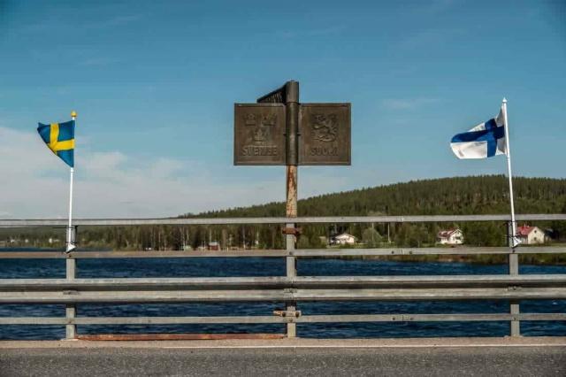 İsveç ve Finlandiya sınırında gerginlik devam ediyor. Sınırda bulunan İsveçlilerin zor günler geçirdiği belirtiliyor.  Basında yer alan çeşitli haberlere göre, Finlandiya tarafından nefret büyüyor: İsveçlileri görürseniz ihbar edin deniliyor.