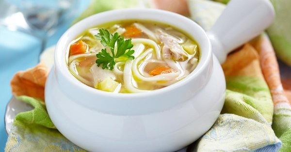 8- Soğuk algınlığı için tavuk çorbası  Eğer soğuk algınlığınız varsa en iyi ilaç tavuk çorbasıdır. Tavuğun, iyileştirici etkisinin olduğu bilimsel deneyler sonucu ispatlandı. Hem de çok lezzetli!  Kaynak: Newsner
