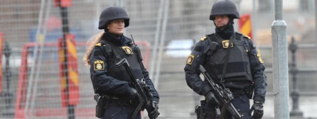 """Arlanda havalimanın Säpo gizli operasyonu aşırı sağcılıkla bağlantılı olduğu ortaya çıktı.  Bir grup aşırı sağcının Ukrayna'ya gitmek üzere, Arlanda havalimanına geldiği ve bu sırada İsveç İstihbarat Servisi Säpo, bir operasyon yaparak şahısları çıkış yapmadan yakaladı.  Edinilen bilgilere göre, güvenlik polisi Arlanda Habalimanında üç şüpheliye müdahale etti.  Ukrayna yolunda olan ve gidecekleri yerde bazı olaylar yapmayı hedeflediğinden şüphelenilen aşırı sağcılar yakalandı.  Säpo'nun bir süredir şüphelileri izlediği belirtidi.  Ulusal görev gücü 15 Ağustos Cumartesi günü Arlanda Havaalanı'ndaa üç kişiyi göz altına aldı.  Müdahale, Güvenlik Polisi adına gerçekleşti.  """"Bu müdahale üç kişiyi sorgulamaya getirmek için yapıldı"""" diyen Säpo basın sekreteri Gabriel Wernstedt, daha önce sorgulandıktan sonra serbest bırakıldıklarını söyledi."""