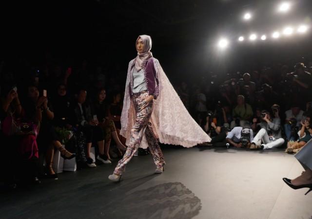 Yoğun katılımın olduğu defilede, moda haftası dolayısıyla ABD ve dünyanın değişik yerlerinden New York'a gelen modacılar ve konuklar salonu tamamen doldurdu.