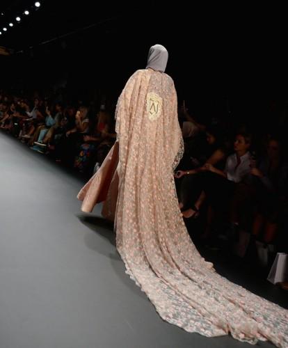 Elbiselerin tasarımında inciler, pullar ve nakışlar kullanan Hasibuan, toplam 48 tasarımını sergiledi.