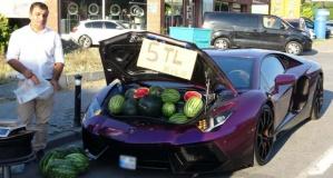 Lüks otomobilde 5 liraya karpuz sattı