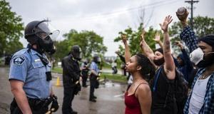 ABD'de Minneapolis kentinde binlerce kişi ırkçı polis cinayetine karşı sokaklara döküldü