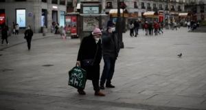 Avrupa'da koronavirüs yasakları sürüyor