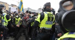 İsveç'teki korona gösterisi karıştı: Polis yaralandı