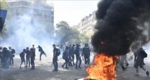 Fransa'da sarı yelekliler sokağa indi, ortalık karıştı: 150'den fazla gözaltı