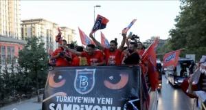 Dört büyük takımı geride bırakan, Medipol Başakşehir şampiyonluğunu kutluyor