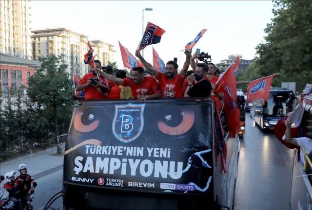 Medipol Başakşehir'in Süper Lig tarihinde kazandığı ilk şampiyonluğun kutlamaları başladı.  Başakşehir Fatih Terim Stadı'nda gerçekleştirilen kutlamalara Medipol Başakşehirli futbolcular ve teknik heyet, üstü açık otobüsle geldi.