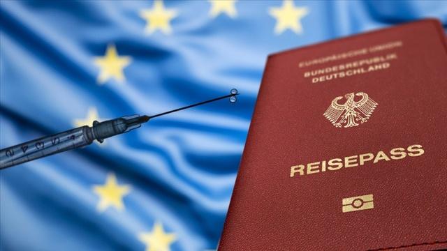"""Avrupa Birliği (AB) üyesi ülkeler, Birlik sınırları içinde seyahatlerde kullanılacak aşı sertifikasına onay verdi.  AB Konseyi, üye ülkelerin """"AB Dijital COVID Sertifikası"""" adlı düzenlemeyi onayladıklarını duyurdu. Buna göre, seyahatlerde kullanılacak AB aşı sertifikası 1 Temmuz'da resmen yürürlüğe girecek.  Aşı sertifikası ücretsiz olacak, kağıt veya dijital şekilde hazırlanacak.  Ayrımcılığın önlenmesi amacıyla aşı olmayan kişiler de sertifikaya sahip olabilecek."""