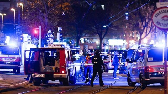 """Avusturya'nın başkenti Viyana'daki saldırıda 3 kişi öldü, en az 15 kişi yaralandı.  Viyana polis şefi basın toplantısında, olayda iki erkek ve bir kadın olmak üzere 3 sivilin hayatını kaybettiğini; bilinen tek saldırganın ölü ele geçirildiğini açıkladı.  Avusturya İçişleri Bakanı Karl Nehammer, polis tarafından öldürülen saldırganın """"IŞİD sempatizanı"""" olduğunu ifade etti.  Kaçan bir başka kişinin halen arandığını vurgulayan içişleri bakanlığı, olayda birçok şüphelinin olabileceğini açıkladı."""