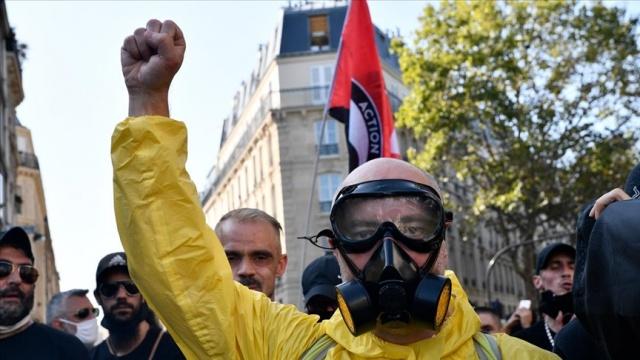 """Fransa'nın başkenti Paris'te sarı yelekliler Cumhurbaşkanı Emmanuel Macron yönetiminin politikalarını protesto etmek için gösteriler düzenledi.  Paris'te Danıştayın önünde toplanan yüzlerce sarı yelekli eylemci, Chatelet Meydanı yakınlarına kadar yürüdü.  Macron yönetimi karşıtı pankartlar taşıyan göstericiler, """"Macron istemese de biz buradayız"""" sloganları attı ve yeni tip koronavirüse (Kovid-19) yakalandığı için karantinaya giren Macron'a, """"Macron hazırlan seni evinden alacağız."""" diye seslendi."""