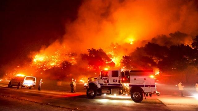 """ABD'de California eyaleti orman yangınları kontrol altına alınamıyor.  ABD'de California eyaleti genelinde kontrol altına alınamayan yangınların 625'den fazla noktada etkili olduğu bildirildi.  USA Today'in haberine göre, California Valisi Gavin Newsom, yangının seyri konusunda gelecek haftayı """"kritik"""" olarak nitelendirerek, alevlerle mücadelede ellerindeki her türlü imkanı kullandıklarını belirtti.  Eyalet genelinde 14 binden fazla itfaiyecinin 625'den fazla noktada etkili olan yangınlara müdahale ettiğini ifade eden Newsom, yangınlarda hayatını kaybedenlerin sayısının 7'ye yükseldiğini kaydetti.  California İtfaiyesi Müdür Yardımcısı Daniel Berlant, pazar gününden itibaren yaklaşık 50 bin kişinin evlerine dönmesine izin verilse de geride yangınlar nedeniyle tahliye edilen 170 bin kişinin daha bulunduğunu söyledi."""