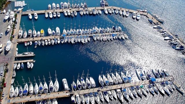 """Her yıl milyonlarca tatilcinin maviyle yeşilin bütünleştiği koyları gezmek, serin sularda yüzmek için tercih ettiği teknelerde de """"mavi bayrak"""" uygulaması hayata geçirildi.  Uluslararası Çevre Eğitim Vakfı (FEE) tarafından verilen """"Mavi bayrak"""" ödülünü Türkiye'de 519 plaj, 22 marina, 6 bireysel yatın yanı sıra 10 turizm teknesi kazandı.  Türkiye Çevre Eğitim Vakfı (TÜRÇEV) görevlileri, Antalya'nın Kemer ve Kaş ilçelerinde ödülü kazanan tekneleri denetleyerek, sertifikalarını ve mavi bayraklarını teslim etti. Büyük mutluluk yaşayan tekne sahipleri, kazandıkları bayrakla ziyaretçilerini mavi yolculuğa çıkarmaya başladı."""