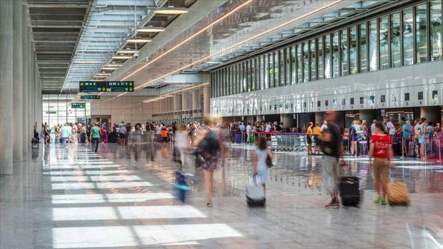 """DHMİ Genel Müdürlüğünce yerli ve milli olarak geliştirilen ve bu hafta hizmete açılan mobil uygulama """"Uçuş Rehberim"""" ile yolculara anlık bildirimlerde bulunularak """"uçuş kaçırma"""" sorunu ortadan kaldırılacak."""