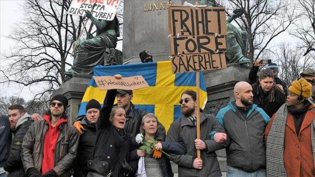 İsveç'in başkenti Stockholm ile Göteborg ve Malmö kentlerinde yeni tip koronavirüs (Kovid-19) kısıtlamaları yüzlerce kişinin katılımıyla protesto edildi.
