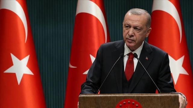 """Cumhurbaşkanı Erdoğan, Kabine Toplantısı sonrası açıklamalarda bulundu. Yeni koronavirüs tedbirlerine ilişkin açıklama yapan Erdoğan, """"Pazar ve market gibi yoğun insanların olduğu yerlerde denetim arttırılacaktır. Berber kuaför, nikah salonu, yüzme, internet kafe, halı saha, konser salonu vb. yeri tüm işyerlerinde saat 22'de sona erecektir."""" ifadelerini kullandı.  Erdoğan'ın açıklamalarından satır başları:  Deprem anının hemen ardından devletimiz tüm imkanlarıyla İzmirli kardeşlerimizin imkanına koşmuştur. Diğer şehirlerden alınan yardımlarla depremzedelere yardım çalışmaları sürmüştür. 110 kişinin enkaz altından cansız bedeni çıkartılmıştır. Bin 27 yaralımız vardır. Arama kurtarma çalışmalarıyla enkaz altından sağ çıkarılan kişi sayısı 107'dir. İlk depremin ardından bölgede 44'tanesi 4'ün üzerinde olmak üzere 1600'e yakın artçı sarsıntı kaydedilmiştir. Yükselen deniz Sığacık mahallesini 1 metre altından bırakmıştır. 44 tekne karaya oturmuştur.  Bakanlıklarımız ve ilgili tüm kurumlarımız imkanlarını depremzedeler için seferber etmiştir. Yargı yapılan ve yıkılan binalarla ilgili soruşturma başlatmıştır. Kızılay ve çok sayıda sivil toplum kuruluşu İzmir halkına destek vermek için gece gündüz sahadadır. Evleri hasar gören, veya evlerine girmek istemeyen depremzedeler için 2700 çadır kurulmuştur. Yıkılmış veya yıkılacak durumda bulunan binalardaki vatandaşlarımıza 30 bin lira eşya yardımı yapıyoruz. Evlerini taşıyacak mülk sahiplerine 15 bin lira, kiracılara 5 bin lira taşınma yardımı veriyoruz. 29 milyon liralık kaynak gönderilmiştir."""
