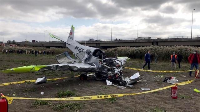 Özel bir firmaya ait eğitim uçağı Büyükçekmece'de boş araziye düştü. Uçağın pilotaj lisans öğrencisi yaralı olarak kurtarıldı.  AYJET Uçuş Okulu'na ait TC-UUG kuyruk tescilli eğitim uçağının Beylikçayırı mevkisinde boş araziye düşmesi üzerine polis, jandarma, itfaiye ve sağlık ekipleri bölgeye sevk edildi.  Burun kısmından toprağa gömülü haldeki uçak, ekipler tarafından halat yardımıyla çıkarıldı.
