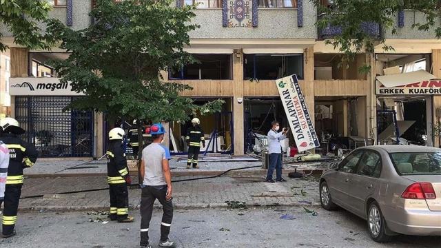 Konya'da bir iş yerinde patlama meydana geldi.  Alınan bilgiye göre, Konya'nın merkez Selçuklu ilçesi Nişantaşı Mahallesi Makami Sokak'taki iş yerinde henüz belirlenemeyen nedenle patlama oldu.  Bölgeye çok sayıda ambulans ve itfaiye ekibi sevk edildi.  Patlama sonrası fenalaşan iki kişiye sağlık ekibince müdahalede bulunuldu.  Patlama nedeniyle iş yerlerinde hasar oluştu.
