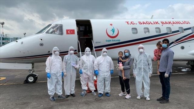 Bangladeş'te yaşayan ve yeni tip koronavirüse (Kovid-19) yakalanan ancak tedavileri bulundukları ülkede yapılamayan aile, Sağlık Bakanlığınca gönderilen ambulans uçakla İstanbul'a getirildi.  Türk vatandaşı Tuba Ahsan ve Bangladeşli eşi Mossaddoue Ahsan ile üç yaşındaki ikiz çocukları Huma ve Ziyad'ı taşıyan ambulans uçak saat 18.45'te Atatürk Havalimanı'na indi.