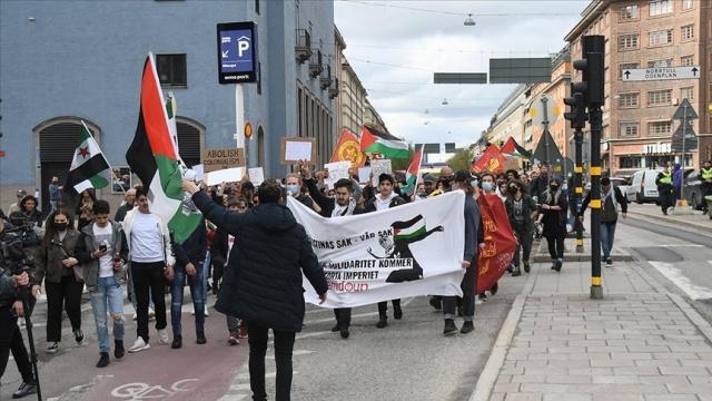 """İsveç'in başkenti Stockholm'de İsrail'in Doğu Kudüs ve Gazze'deki saldırılarına karşı protesto düzenlendi.  Sosyal medya üzerinden örgütlenen göstericiler, Filistin'in Stockholm Büyükelçiliği önünde toplandı.  Filistin bayrağı taşıyan göstericiler, """"Kudüs'e selam, direnişe devam"""", """"Katil İsrail Filistin'den defol"""", """"İsrail'e boykot"""", """"Mescid-i Aksa onurumuzdur"""" sloganları attı."""