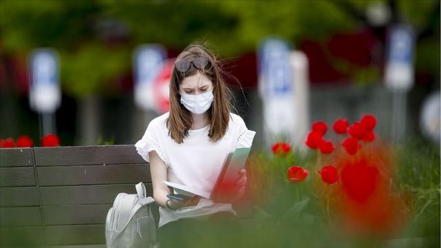 """Dünya genelinde yeni tip koronavirüs (Kovid-19) bulaşan kişi sayısı 4,3 milyonu geçerken, can kaybı ise 291 bine ulaştı.  Salgından en fazla etkilenen ülke olan ABD'de can kaybı 82 bin 690'a yükselirken, vaka sayısı 1 milyon 395 bin, iyileşen sayısı ise 274 bin 902 oldu.  Beyaz Saray, salgın nedeniyle yerleşkeye giren tüm gazetecilere günlük olarak virüs testi yapılacağını açıkladı.  New York Valisi Andrew Cuomo, 100'e yakın çocuğun Kovid-19 ile bağlantılı olduğu düşünülen """"nadir"""" görülen bir hastalığa yakalandığını söyledi."""