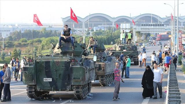 FETÖ'nün 15 Temmuz darbe girişiminde Sabiha Gökçen Havalimanı'nı ele geçirmeye çalıştıkları gerekçesiyle yeniden yargılanan 24 sanık, 12 yıl 6 ay ile 15 yıl arasında hapis cezasına çarptırıldı.  Fetullahçı Terör Örgütü/Paralel Devlet Yapılanması'nın (FETÖ/PDY) 15 Temmuz darbe girişimi sırasında İstanbul Sabiha Gökçen Havalimanı'nı ele geçirmeye çalıştıkları gerekçesiyle 24 sanığın Yargıtay'ın bozma kararının ardından yeniden yargılandığı davada karar açıklandı.  İstanbul 23. Ağır Ceza Mahkemesince Silivri Ceza İnfaz Kurumları karşısındaki salonda yapılan duruşmaya, tutuklu sanıklar ve avukatları katıldı. Bazı sanıklara bulundukları cezaevlerinden Ses ve Görüntü Bilişim Sistemi (SEGBİS) ile bağlanıldı.