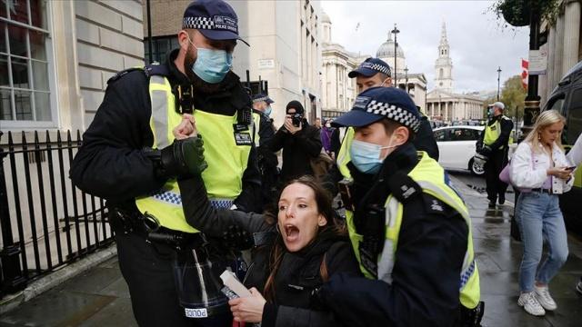 """İngiltere'de polis yeni tip koronavirüs (Covid-19) önlemleri ve aşı karşıtı """"StandUpX"""" adlı grubun gösteri yasağına rağmen düzenlediği eyleme müdahalede bulundu.  İngiltere'de polis yeni tip koronavirüs (Covid-19) önlemleri ve aşı karşıtı """"StandUpX"""" adlı grubun gösteri yasağına rağmen düzenlediği eyleme müdahalede bulundu."""