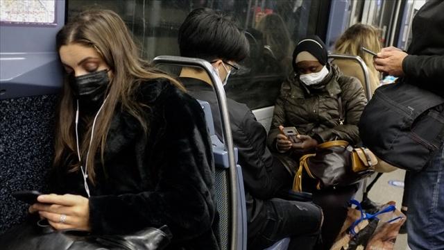 """Konsey, 23 Aralık'ta hükümete gönderdiği ve bugün kamuoyuna açıklanan raporunda, yeni yıl dolayısıyla yapılacak kutlamaların vaka sayılarında artışa neden olacağı, bu nedenle salgının kontrolünün kaybedilebileceği konusunda otoriteleri uyardı.  Fransa'da Bilim Konseyi, ocak ayından itibaren yeni tip koronavirüs (Covid-19) salgınının """"kontrolü kaybedilmiş şekilde yeni bir dalgasının başlayabileceği"""" uyarısında bulundu."""