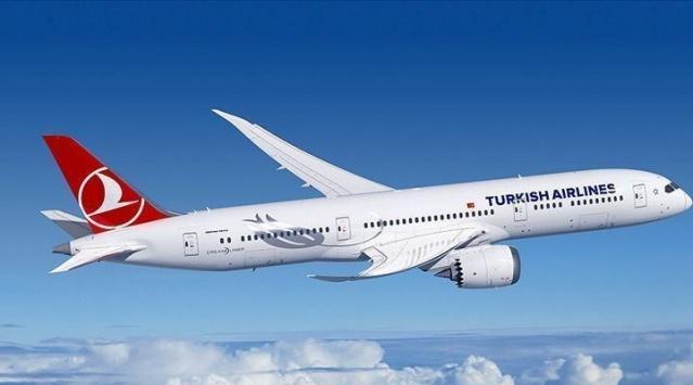 Türk Hava Yolları(THY) Basın Müşaviri Yahya Üstün, İçişleri Bakanlığı'nın yayımladığı genelge ile hafta sonundan itibaren sokağa çıkmanın yasak olduğu saatlerde uçuşu olan yolcuların etkilemeyeceğini açıkladı.   İçişleri Bakanlığı'nın yayımladığı genelgeyle koronavirüs tedbirlerine yönelik alınan kararlar kapsamında, belirli saatlerde hafta sonu sokağa çıkma yasakları da bulunuyor. THY Basın Müşaviri Yahya Üstün, sokağa çıkma yasaklarının olduğu saatlerde uçuşu olan yolcuların, alınan önlemlerden etkilenmeyeceğini açıkladı.